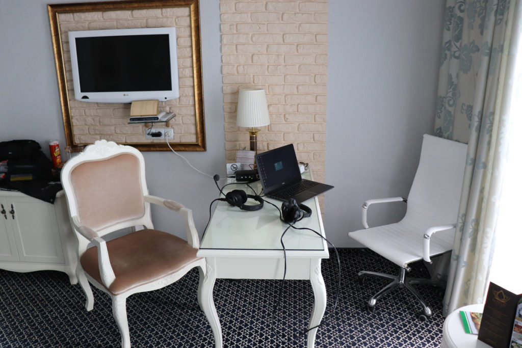 Podcast-Aufbau im Hotelzimmer