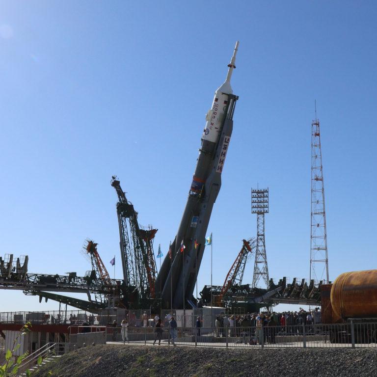 Aufrichtung der Sojus FG-Rakete