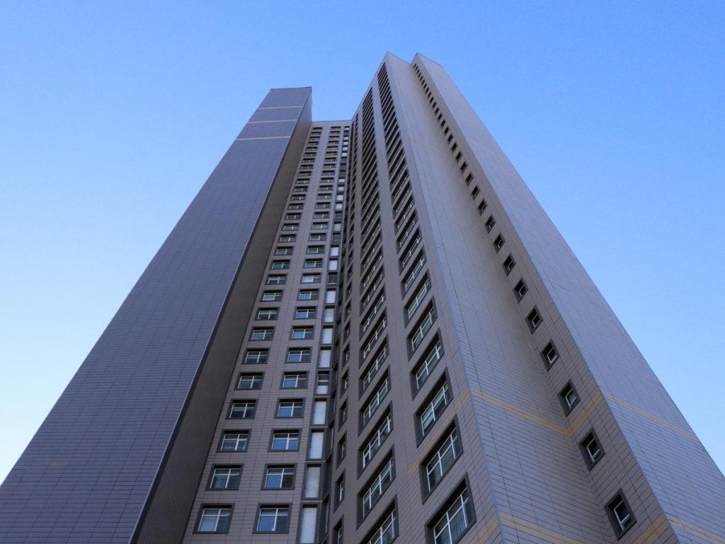 Blick ein Hochhaus hinauf