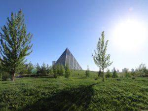 Blick durch den Park auf die Pyramide des Friedens und der Eintracht