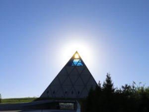 Pyramide des Friedens und der Eintracht im Gegenlicht