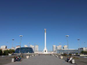 Blick von der Pyramide zum Monument Kazakh Eli
