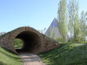 Im Park bei der Pyramide