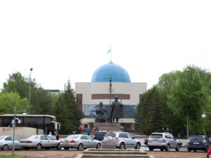Ehemalige Präsidentenresidenz mit Monument der Khans